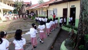les élèves élémentaires d'école primaire alignent lors d'entrer dans leur salle de classe banque de vidéos