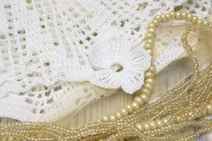Les éléments blancs de vintage de l'Irlandais font du crochet le collier de fleur et de perle Photo stock