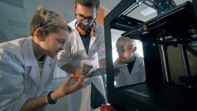 les éléments 3D-printed obtiennent ont observé par des écoliers et un chercheur banque de vidéos