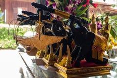 Les éléphants en bois noirs portent le panier net Images libres de droits
