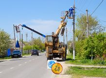 Les électriciens réparent la ligne électrique Les travailleurs sont des électriciens de serrurier Photo stock