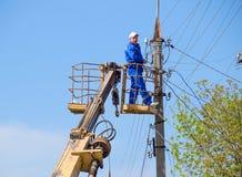 Les électriciens réparent la ligne électrique Les travailleurs sont des électriciens de serrurier Images stock