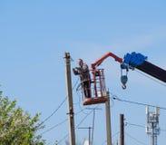 Les électriciens réparent la ligne électrique Les travailleurs sont des électriciens de serrurier Image libre de droits