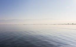 Les élodées reprennent sur le lac Inle, Nyangshwe, Myanmar, Birmanie Photographie stock libre de droits