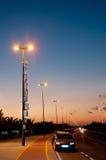 Les émetteurs cellulaires s'approchent de la route Image stock