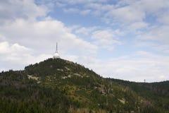 Les émetteurs de télécommunication dominent sur Jested, Liberec, République Tchèque Images stock