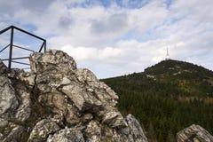 Les émetteurs de télécommunication dominent sur Jested, Liberec, République Tchèque Photographie stock libre de droits