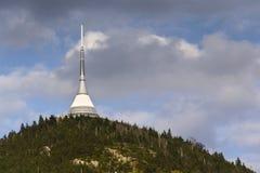 Les émetteurs de télécommunication dominent sur Jested, Liberec, République Tchèque Photographie stock