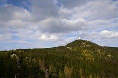 Les émetteurs de télécommunication dominent sur Jested, Liberec, République Tchèque Image libre de droits