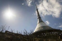 Les émetteurs de télécommunication dominent sur Jested, Liberec, République Tchèque Photo stock