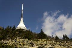 Les émetteurs de télécommunication dominent sur Jested, Liberec, République Tchèque Photo libre de droits