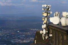 Les émetteurs et les antennes sur la télécommunication dominent pendant le coucher du soleil Images stock