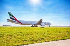 Les émirats Boeing 777-31H prêt pour décollent de l'aéroport de Prague Image libre de droits