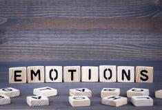 Les émotions expriment écrit sur le bloc en bois Fond en bois foncé avec la texture Images libres de droits