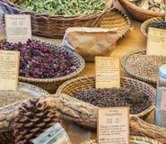 Les épices délicieuses à vendre sur le marché du ` de Vallon Pont d courbent image libre de droits