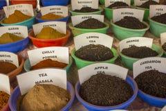 Les épices en poudre et sèches dans de grandes cuvettes avec des noms se tiennent dans les rangées sur le compteur images stock