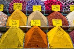 Les épices et les thés se vendent sur le marché égyptien à Istanbul images stock