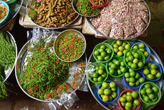 Les épices fraîches colorées se sont vendues sur le marché humide en Thaïlande Photos libres de droits