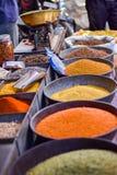 Les épices lancent sur le marché à Jodhpur, Inde Photos stock