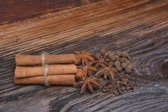 Les épices se trouvant sur une surface en bois Photographie stock