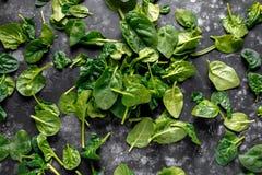 Les épinards organiques frais de bébé partent du fond, texture Photo stock