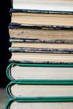 Les épines de vieux livres se trouvant sur la pile Livres empilés sur Photographie stock