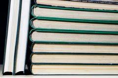 Les épines de vieux livres se trouvant sur la pile Livres empilés sur Image stock