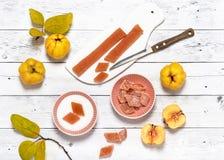 Les épouses supérieures des sucreries faites maison délicieuses de gelée de coing avec du sucre arrose photos libres de droits
