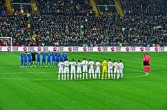 Les équipes nationales du football de l'Italie et de l'Espagne observent une minute de silence Images libres de droits