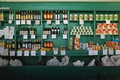 Les étagères d'une ration font des emplettes à Camagsuey, Cuba Image libre de droits
