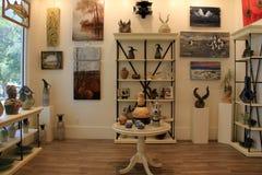 Les étagères ont rempli de décorations handcrafted pour la maison, Art Center côtier, plage orange, Alabama, 2018 Images libres de droits