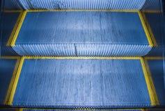 Les étapes de l'escalator Photos stock
