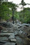 Les étapes en pierre ont découpé dans la roche Images libres de droits