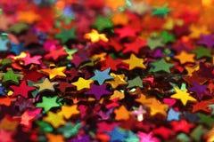 Les étoiles éclatantes colorées se ferment  Images libres de droits