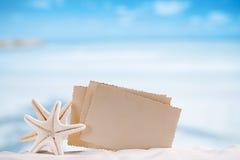 Les étoiles de mer blanches avec la rétro photo vide sur le sable blanc échouent, le ciel a Images stock