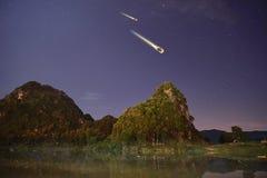 Les étoiles filantes avec des montagnes et des étoiles la nuit en parc national de Phong Nha KE frappent, le Vietnam Photographie stock