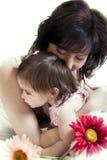 Les étreintes de la mère Photographie stock libre de droits