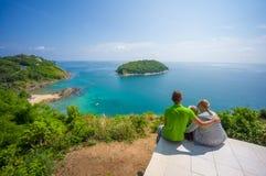 Les étreintes de mère, de père et de fille et se reposent sur l'île tropicale Image stock