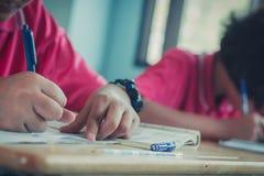 Les étudiants étudient dans la salle de classe d'école primaire Photo stock
