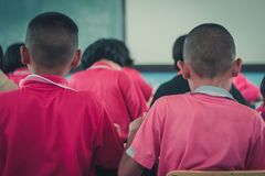 Les étudiants étudient dans la salle de classe d'école primaire Image stock