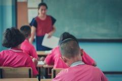 Les étudiants étudient dans la salle de classe d'école primaire Photographie stock