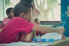 Les étudiants étudient dans la salle de classe d'école primaire Photographie stock libre de droits
