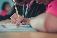 Les étudiants étudient dans la salle de classe d'école primaire Photo libre de droits