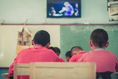 Les étudiants étudient dans la salle de classe d'école primaire Images stock
