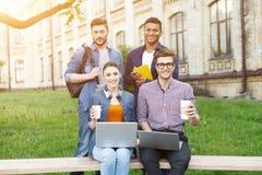 Les étudiants assez jeunes se reposent dans le campus Photo libre de droits