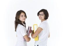 Les étudiants avec des dossiers tournent autour Image stock