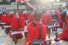 Les étudiants chinois et étrangers avec une bénédiction de hanfu se sont réunis dans la tour d'horloge à la cérémonie Image libre de droits