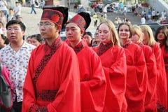 Les étudiants chinois et étrangers avec une bénédiction de hanfu se sont réunis dans la tour d'horloge à la cérémonie Photo stock