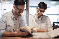 Les étudiants couplent à l'école étudiant pour des examens ensemble Image libre de droits