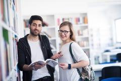 Les étudiants couplent dans la bibliothèque d'école Photos libres de droits